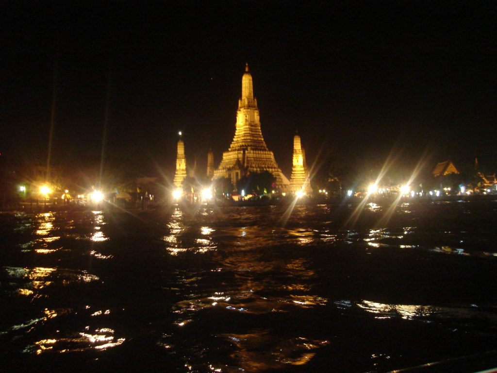 Un ARUN WAT illuminé sur les rives de la rivière Chao Phraya à Bangkok pendant le festival traditionnel de Loy Krathong