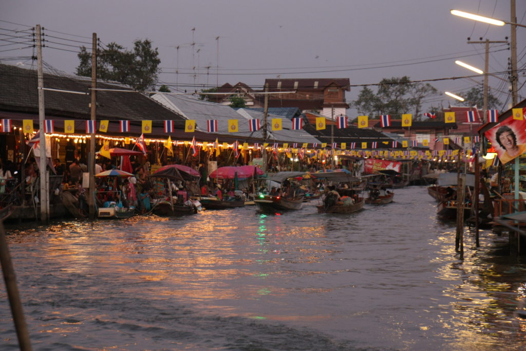 Le marché flottant d'Amphawa de nuit